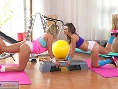 Fitness rum Fantastisk svettiga lesbiska med heta kroppar knulla