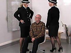 Les femdoms de police de punir dénaturer Sub avec les ceintures en cuir