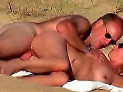 Hot blonde milf attrapé fucking sur la plage par un peeper
