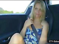 Muhteşem sarışın genç göğüsleri ve arabada organını losyonları