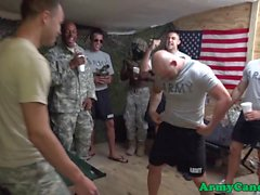 Mustaa armeijan Sergeant assfucks bloke