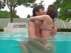 Asian Teen crema en la piscina