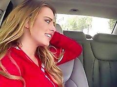 Bikinin chick Corinna seksikumppanissa autossa