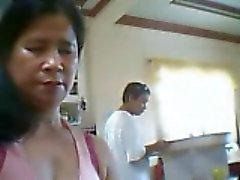 Filipinli kadın, onun yanında göğüsleri ama oğlunu göstermek istiyorum