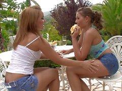 Liebesakt die lesbischen Weg mit Salome und Zara auf Sapphic Erotica