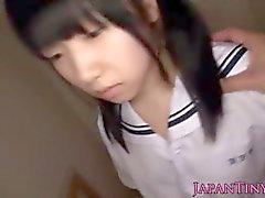 Petite-japanese-schoolgirls-spielzeug-stimuliert-0.0_11657121