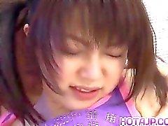 Ai Kousaki en calcetines de larga se retira mediante cabello w