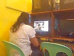 Lady philippines dans le café de nets attrapé regardant un mec masturbent