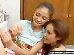 Zwei hübsch Tochter haben eines dicken Schwanz