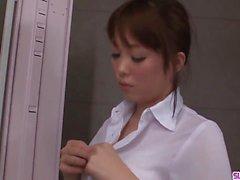 Moe Sakura ne pipe et baise à l'école