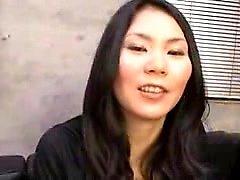Preciosa dama japonesa extiende sus piernas y dedos su hai