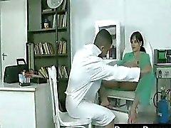 Darkhair zwangere slet geneukt door arts