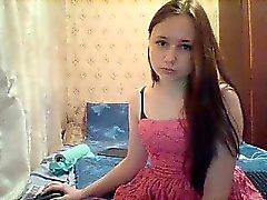 jeune brune douce dans une jolie robe rose sourit lors d'une