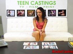 Inked Casting Teen wird in den Mund spritzen