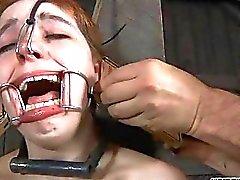 Gebundene gal aufnimmt der Zunge und der Gesichts bestraft