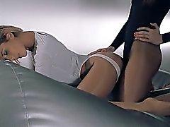 femmes dans le collant baise avec sangle sur les