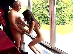 Junger winzige Teen und alten Mann Geil senior Bruce Zu entdeckt einen Lovels