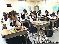 Estudiantes asiáticos en clase se