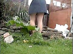 Bahçe çalışarak annemin Casusluk Yasadışı . Diye eşyanın kullanılmasından giyin Yüklü