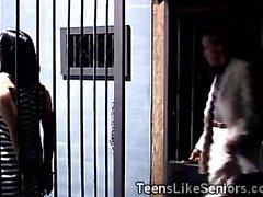 Belle pute séduit détective plus âgé dans la prison