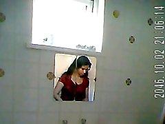 Intialainen leidi bathroom vakoilija
