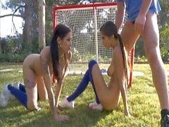 Herrliche Dreier mit zwei sportlichen Jugendlichen