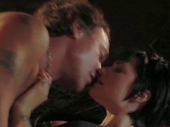 Брюнетка получает сверху парня и отстой его петуха а он вылизывает и трахает ее киску