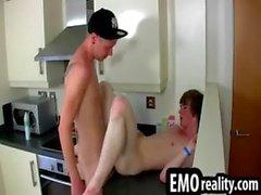 Deux mecs cornées patineurs emo se déshabiller la cuisine