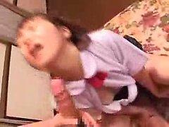 Wild Aasian schoolgirl vankkaa orgasmeista käsissä
