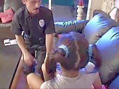Polis gelene kadar zambak korkmuş genç çocuk bakıcısı geldi