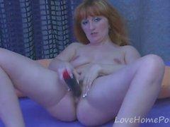 Redhead reifen bohrt ihre Pussy mit einem Dildo
