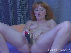 Redhead mature esegue la sua figa con un dildo