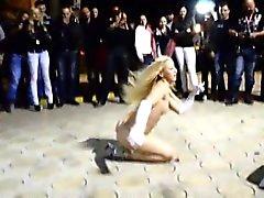 Uhkea vaaleat stripparin leviää hänen pitkät sääret ja antaa kierrosaikoja