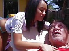 Kleines Mädchen fuck hinter seinem Vater