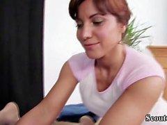 Mutter steffi verführt jungen Mann mit Massage ficken