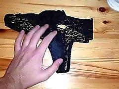 abwichsen zu Wifes nasse schmutzige Slip verwendet knickers nachdem Fitnessraum