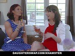 DaughterSwap - Dos mamás calientes comparten sus hijas hijas bi