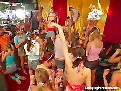 Возбужденный партийные мотыгами сосут и трахают Дикс по клуб
