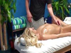 Hete tiener Roxxi verleid en geneukt door haar massagetherapeut op verborgen camera