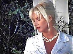 Blond mamie Allemagne est en attente de gangbanged dans le jardin