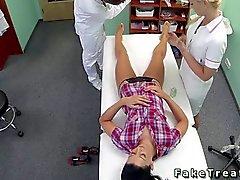 Bir hemşire ile doktor lanet olası hastada