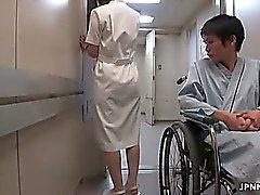 Enfermera japonés linda hace masturbar el