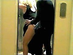sur Baise inatendue DANS l ascenseur
