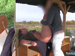 Halka Ajan Seksi öğrenci Vany Ully açık havada creampied