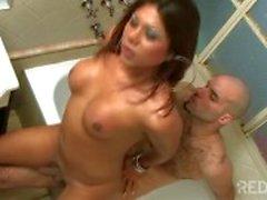 Hot езды член в ванне