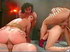Bissexuais asiáticas que compartilham de dois dicks grandes prostitutas
