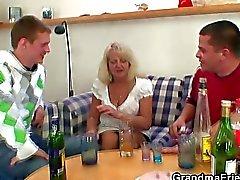 Grand-mère blonds absorbe deux les grosses bites