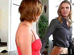 Atractiva madre a Alina de Long dar placer bastante bebé adolescente de en el dormitorio de