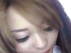A menina japonesa Bodacious traz uma haste grossa ao prazer com