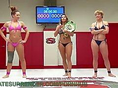 Lesbian Wrestling Winner demütigt Loser
